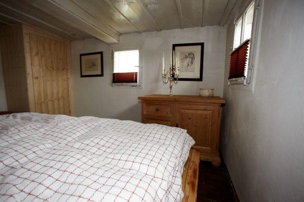 Zwei Schlafzimmer mit je einem Doppelbett befinden sich im Ferienhaus.