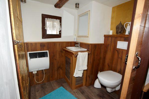 Im Haus befindet sich eine Toilette mit kleinem Waschbecken. Die Dusche und ein großes Bad befinden sich im Waschhaus.