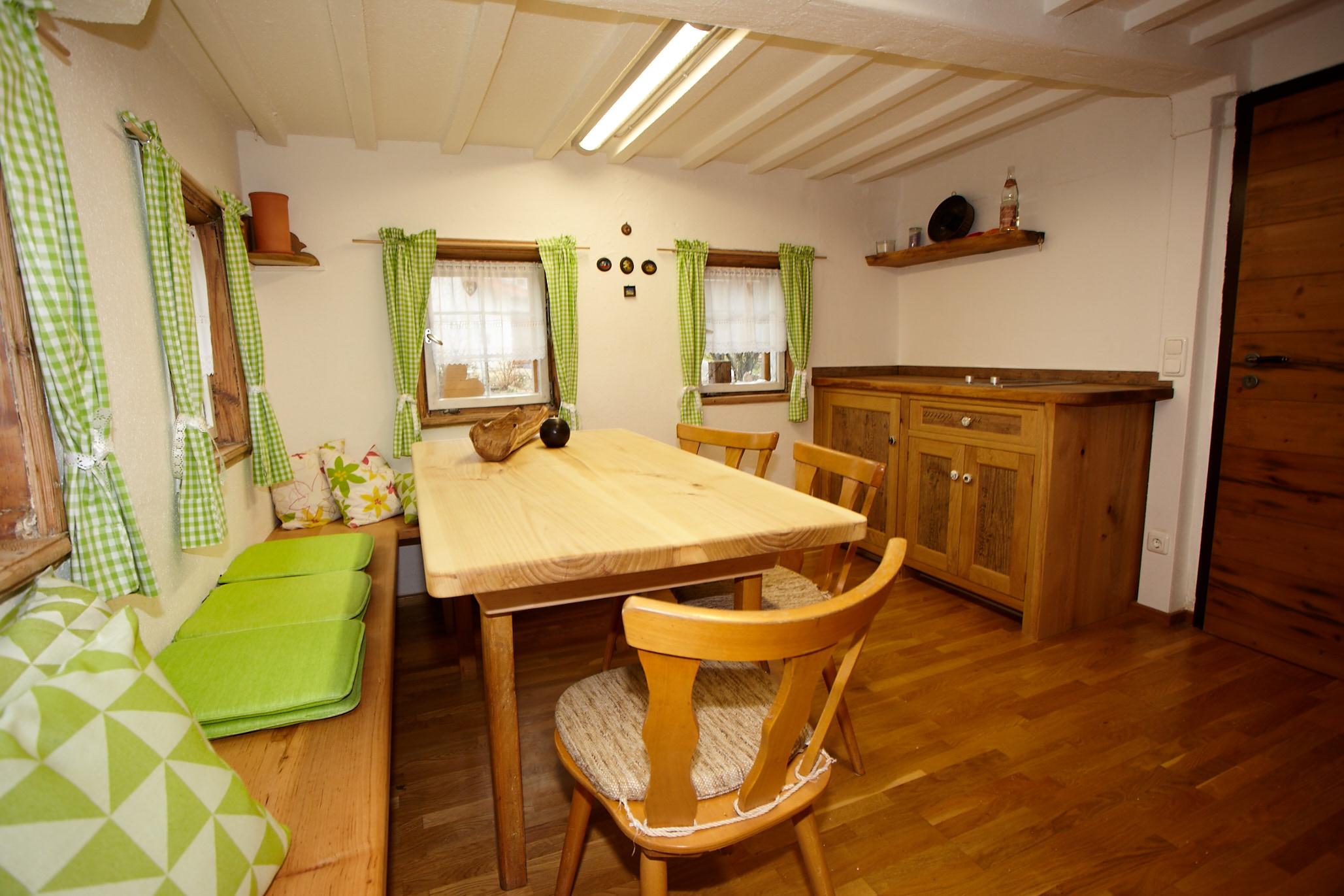 Am Esstisch finden alle Platz und die Küche ist ausgestattet.