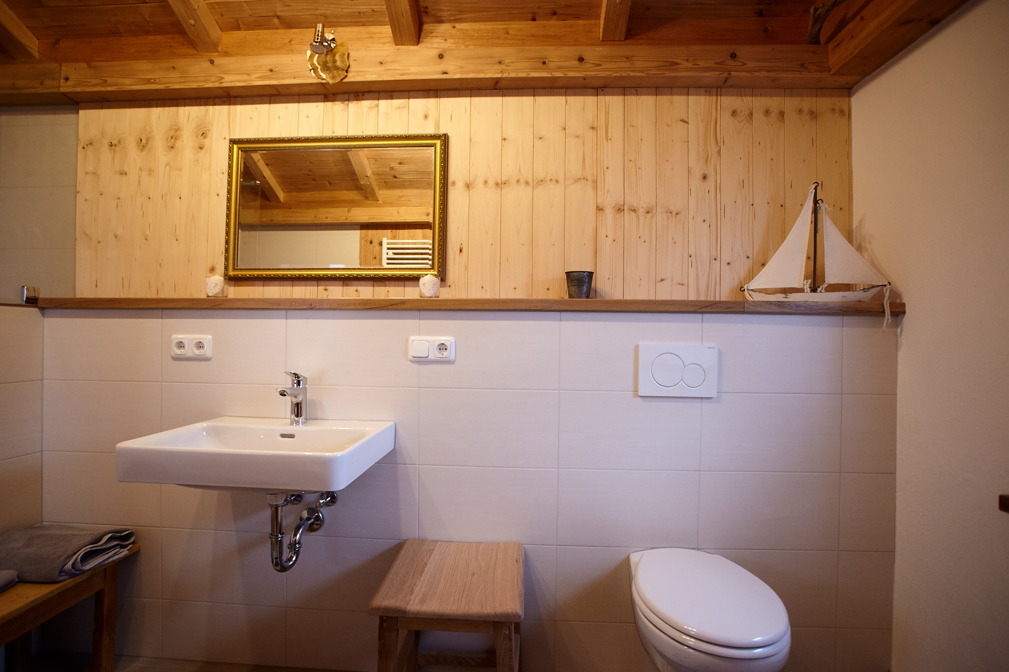 Im separaten Waschhaus befindet sich eine Toilette, ein Waschbecken und eine große Dusche.